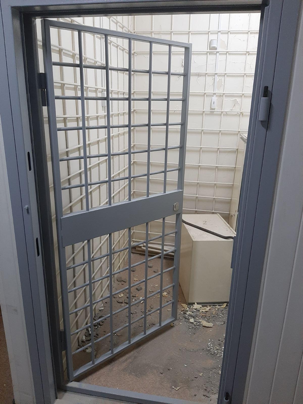 Дверь для хранения наркотических веществ